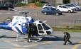 Políciais deixam o Batalhão de Missões Especiais de helicóptero após buscarem os seus equipamentos