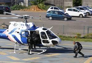 Políciais deixam o Batalhão de Missões Especiais de helicóptero após buscarem os seus equipamentos Foto: Pablo Jacob / Agencia O Globo / 12-2-2017