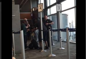 A piloto já fora do avião Foto: Reprodução do Twitter