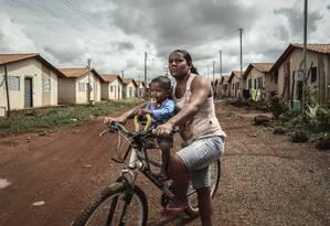 Celiane da Silva Neves com o filho Hyago, de 1 ano e 3 meses Foto: André Coelho / Agência O Globo