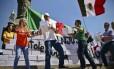 Manifestantes derrubaram um muro simbólico na Cidade do México Foto: RONALDO SCHEMIDT / AFP
