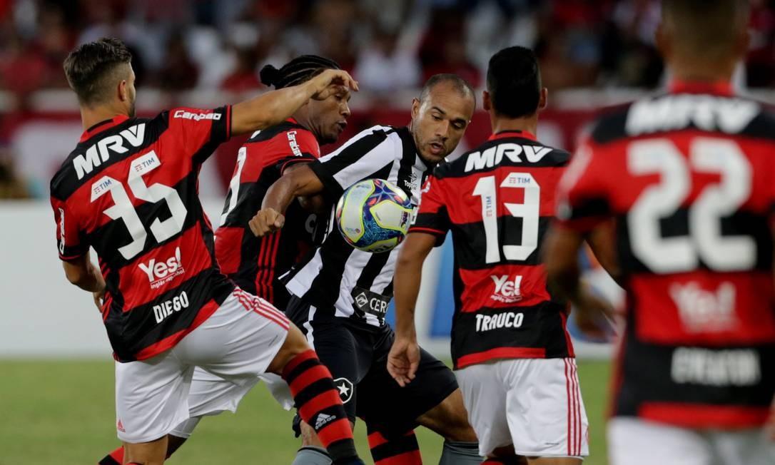 Roger, do Botafogo, divide a bola com os rubro-negros Rafael Vaz e Diego Foto: Marcelo Theobald