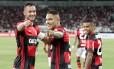 Réver, Guerrero e Everton comemoram gol do Flamengo Foto: Marcelo Theobald
