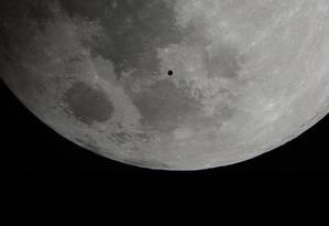 O misterioso objeto foi fotografado de Porto Rico durante o eclipse penumbral da Lua Foto: Luis G. Verdiales/Sociedade de Astronomia do Caribe