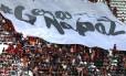 Torcedores exibem bandeirão pedindo a paz nos estádios em clássico entre Botafogo x Flamengo, marcado por cenas de violência no Engenhão Foto: Marcelo Theobald / Agência O Globo