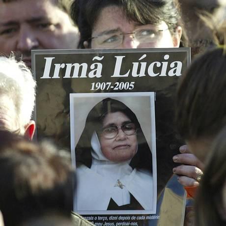 Uma devota segura uma imagem de irmã Lúcia, que morreu em 2005 Foto: Paulo Duarte / AP