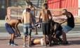 Torcedores do Botafogo tentam ajudar homem ferido após confusão no entorno do Engenhão