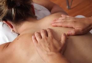 Massagem é recomendada para tratamento de lombalgia aguda e subaguda Foto: REPRODUÇÃO