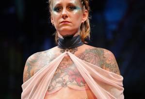 Modelo que teve câncer de mama desfila com peça criada pela AnaOno Intimates na New York Fashion Week Foto: KENA BETANCUR / AFP