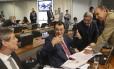 Os senadores Lindbergh Farias (PT-RJ), Antônio Anastasia (PSDB-MG) e Aloysio Nunes (PSDB-SP) conversam com o relator Eduardo Braga (PMDB-AM)
