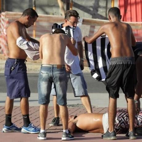 Torcedor do Botafogo passa mal durante confusão com torcedores do Flamengo Foto: Marcelo Theobald