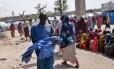 Homem carrega criança desnutrida na Somália: fome pode acelerar migrações de africanos para a Europa