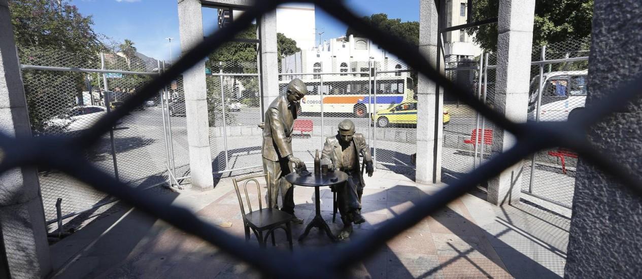 Estátua de Noel Rosa é protegida com uma grade para o carnaval Foto: Antonio Scorza / Agência O Globo