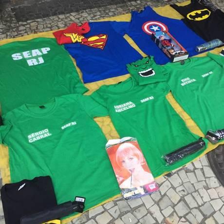 Uniformes de presidiários com os nomes de Sérgio Cabral, Eike Batista e Adriana Ancelmo são vendidos em Botafogo Foto: Luciani Gomes