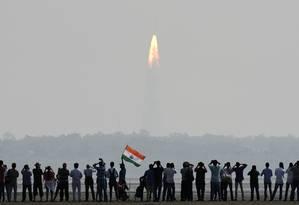 Indianos assistem a lançamento do foguete na ilha de Sriharikota Foto: ARUN SANKAR / AFP
