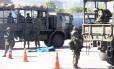 Fuzileiros navais perto do corpo de suspeito morto em tiroteio na Avenida Brasil