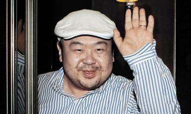 Em 2010, Kimg Jong-nam acena após sua primeira entrevista com a imprensa sul-coreana Foto: Shin In-seop / AP