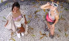 À esquerda, Evelin veste short metalizado Farm (99834-4486), R$ 289; tênis Via Curtume (2513-0109), R$ 189,90; sobretudo, R$ 600, e body, R$ 280, Lab Collection (labcollection.com.br). Ana usa body Vilin (vilin.com.br), R$ 163; saia Erika Duarte (3594-7160), R$ 320; pochete Clube Melissa (2512-3570), R$ 190; tênis Mr. Cat (2239-7398), R$ 149,90; brinco Josefina Rosacor (josefinarosacor.com); R$ 69 e viseira Acorda! (useacorda.com), R$ 65 Foto: Fabio Rossi / Agência O Globo