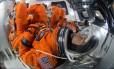 Astronautas em seus trajes dentro de uma cápsula espacial: em missões de longa duração, situações de emergência ou própria operação pode exigir que eles fiquem vestidos neles por longos períodos