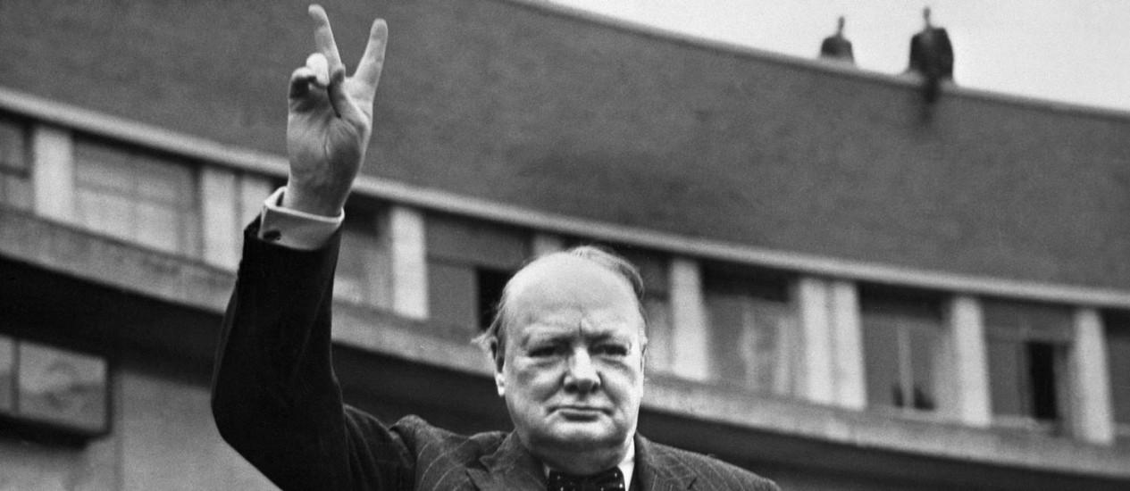 Winston Churchill faz o sinal da vitória em foto de arquivo dos anos 1950: o ex-primeiro-ministro britânico foi o primeiro a incluir um conselheiro científico em seu governo Foto: AFP
