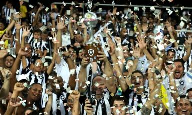 Torcida do Botafogo mostra empolgação antes do jogo contra o Olimpia pela Libertadores Foto: Marcelo Theobald / Agência O Globo