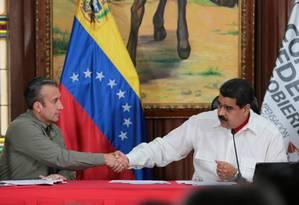 Maduro cumprimenta seu vice, Tareck El Aissami Foto: HANDOUT / REUTERS