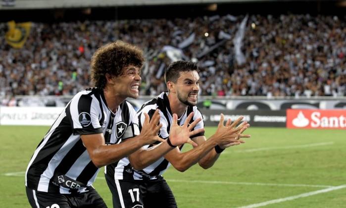 Camilo e Rodrigo Pimpão comemoram o belo gol de bicicleta do Botafogo sobre o Olimpia, no Engenhão Foto: Marcelo Theobald / Agência O Globo