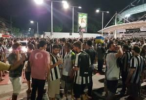 Torcedores do Botafogo se aglomeram no acesso ao setor Leste do Engenhão antes da partida contra o Olimpia Foto: Carolina Oliveira Castro/Agência O Globo