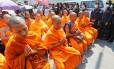 Monges rezam no templo Dhammakaya, observados pelas forças policiais