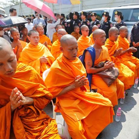 Monges rezam no templo Dhammakaya, observados pelas forças policiais Foto: CHAIWAT SUBPRASOM / REUTERS