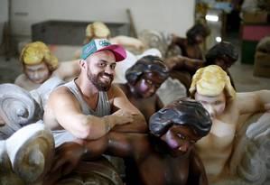 Carnavalesco Leandro Vieira entre alegorias de anjos, no barracão da escola Foto: Fabio Rossi / Agência O Globo