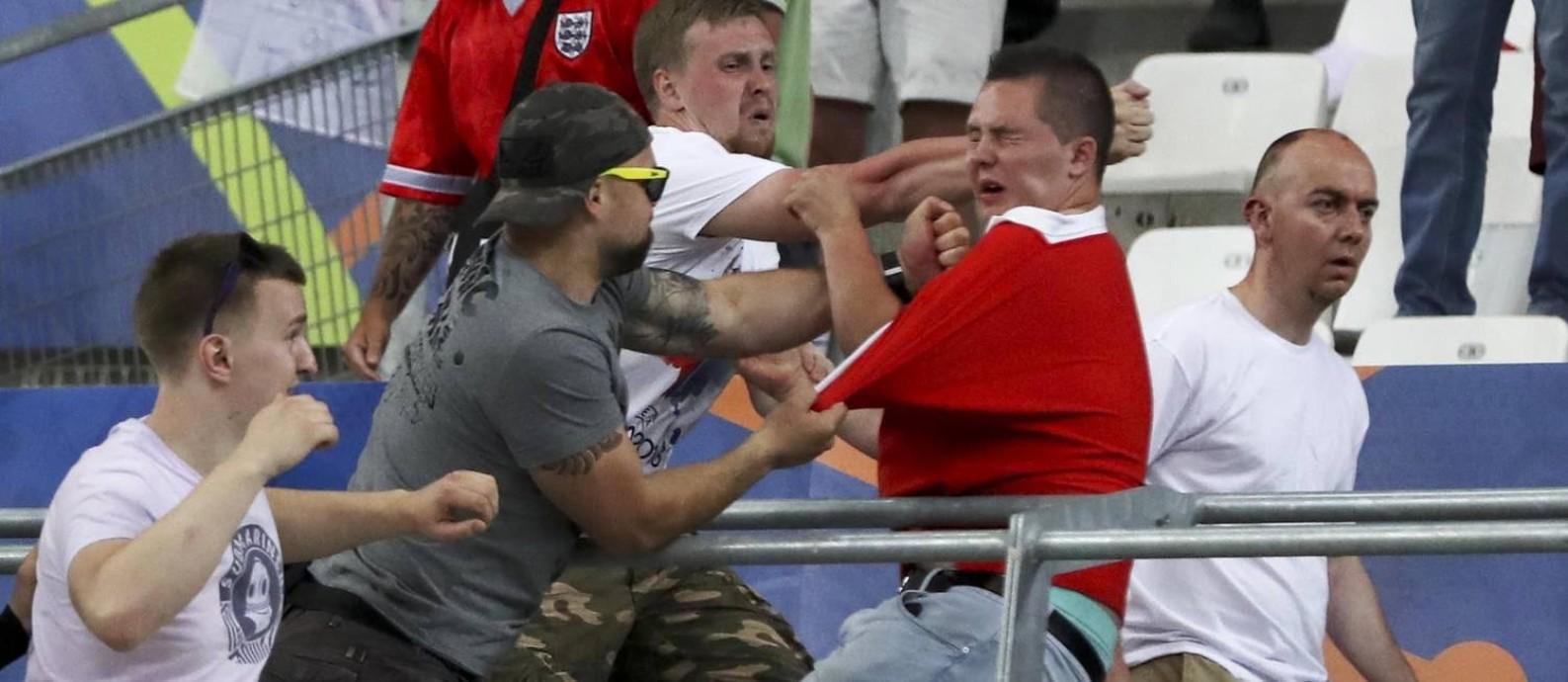 Hooligans de Rússia e Inglaterra brigaram dentro do Velodrome, em Marselha, durante a Euro-2016 Foto: Thanassis Stavrakis / AP