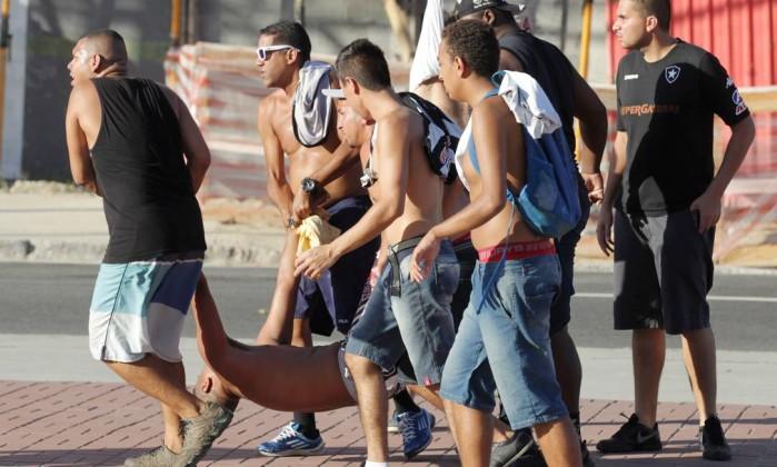 Torcedores socorrem um ferido no confronto entre organizadas de Flamengo e  Botafogo – Marcelo Theobald   Agência O Globo 9883f0a42f905