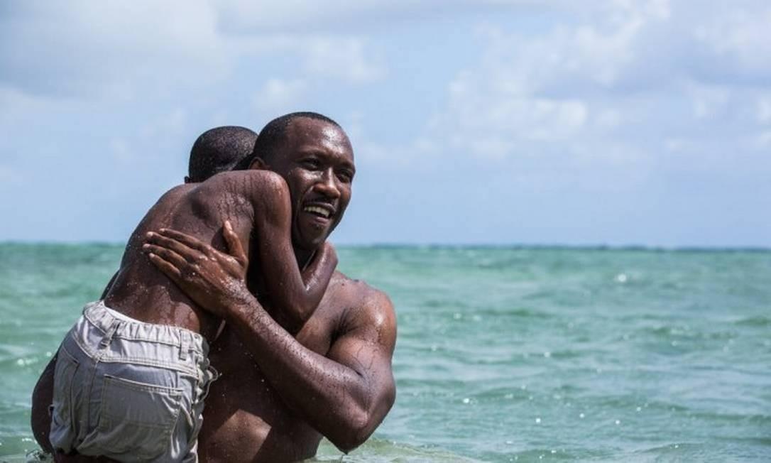 Os atores Mahershala Ali e Alex R. Hibbert na praia de Virginia Key, cenário de
