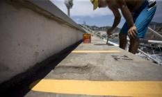 Funcionário pinta arquibancada na Sapucaí Foto: Márcia Foletto / Agência O Globo