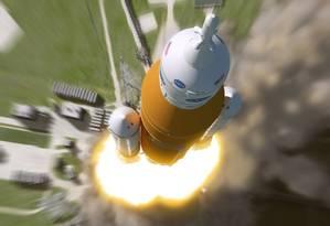 Ilustração mostra um foguete SLS carregando uma cápsula Órion partindo para o espaço Foto: Nasa