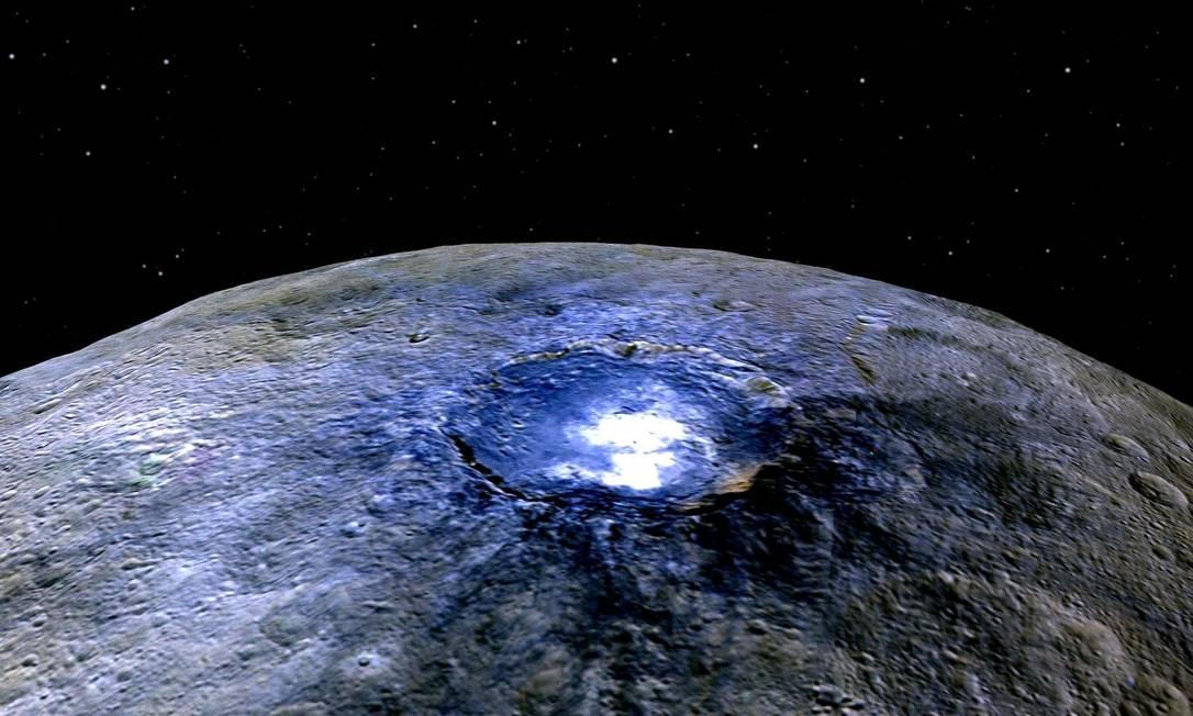 Imagem em cores falsas de Ceres e a misteriosa área brilhante da cratera Occator para destacar as diferentes composições de sua superfície Foto: Nasa