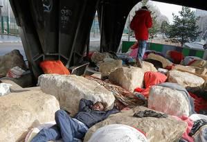 Migrantes sem refúgio em Paris dormem alocados sobre pedras Foto: AP Photo/Michel Euler