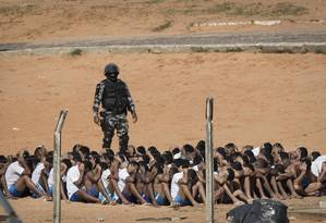 Policial militar realiza contagem de detentos no presídio de Alcaçuz, no Rio Grande do Norte, palco de uma rebelião em janeiro Foto: Felipe Dana/AP/24-10-2017