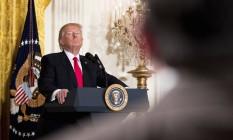 Trump observa pergunta de jornalista em coletiva na Casa Branca Foto: Andrew Harnik / AP