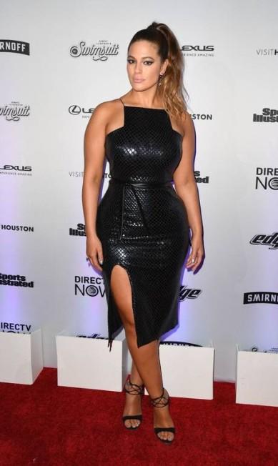 Com um look preto que celebrava suas curvas, Ashley Graham foi uma das mais celebradas, mesmo não tendo conseguido a capa da edição, como no ano passado ANGELA WEISS / AFP