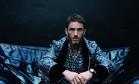 Sébastien Jondeau, em ensaio exclusivo para o ELA, veste look Dolce & Gabbana e sapatos Gucci Foto: Laura Marie Cieplik