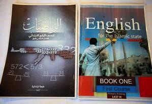Livro de matemática do Estado Islâmico tem o desenho de uma arma na capa Foto: KHALID AL-MOUSILY / REUTERS