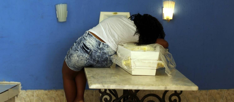 Mãe do menino Ryan Gabriel, morto por bala perdida em Madureira, abraça o corpo do filho durante o velório no Cemitério de Irajá Foto: Gabriel de Paiva / Agência O Globo