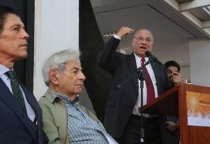 Ministro da Cultura Roberto Freire discursa durante cerimônia de entrega do Prêmio Camões ao escritor Raduan Nassar (centro) Foto: Marcos Alves / Agência O Globo