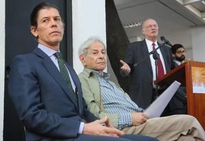 Ministro da Cultura Roberto Freire discursa durante cerimônia de entrega do Prêmio Camões ao escritor Raduan Nassar (centro) Foto: Agência O Globo