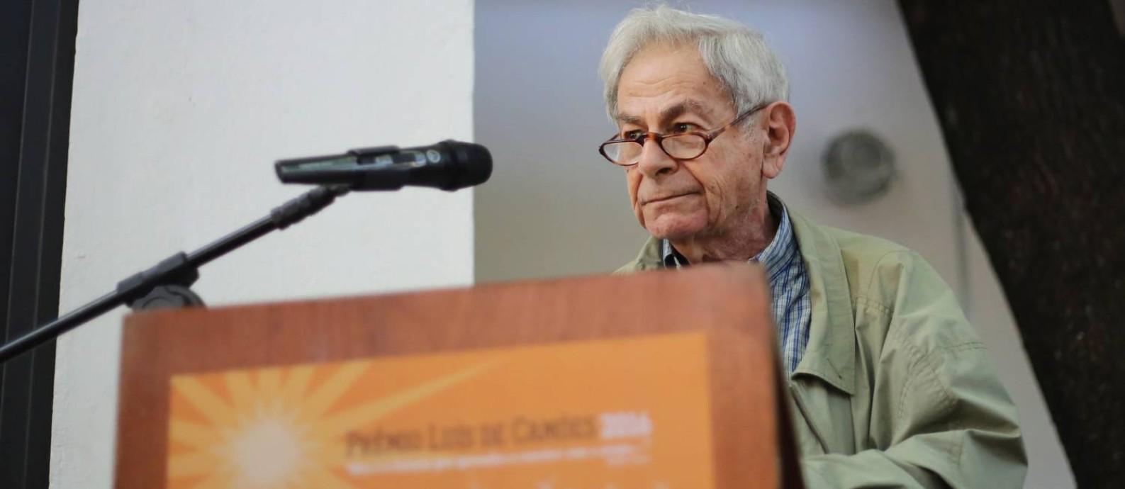 O escritor Raduan Nassar durante entrega do Prêmio Camões: ataque ao governo Foto: Marcos Alves / Agência O Globo