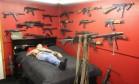 'Americano mais armado' tem metralhadoras, fuzis, granadas, bazucas e até blindados Foto: Reprodução/Facebook