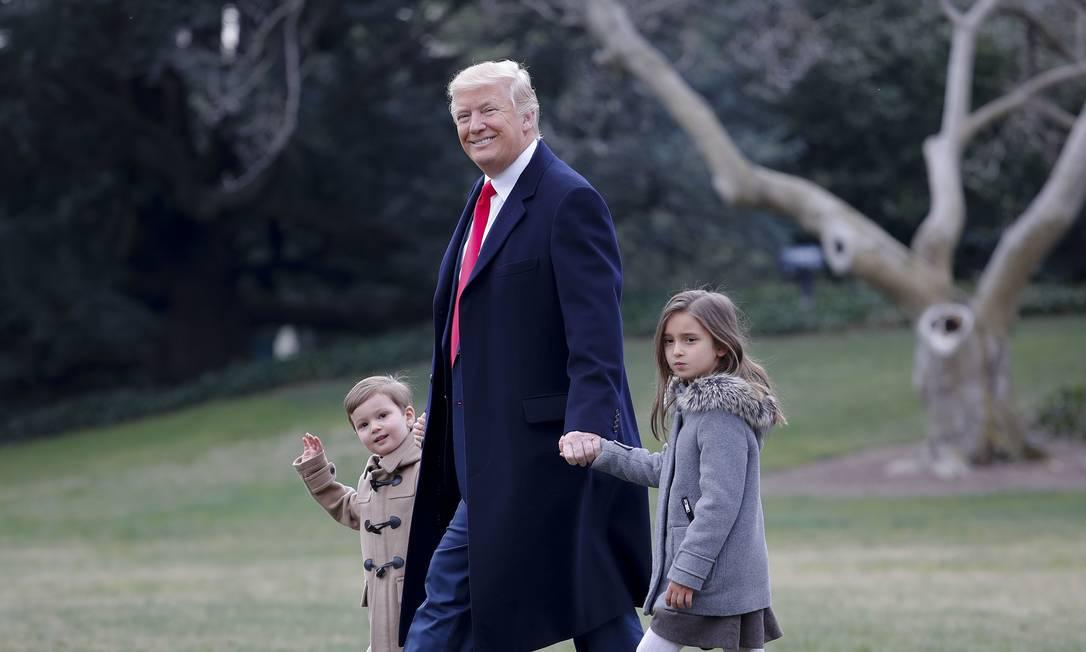 Netos de Donald Trump, Joseph e Arabella Kushner viajaram com o presidente e os pais, Ivanka (filha do presidente) e Jared Kushner, para a Carolina do Sul. Na foto, ganham as mãos do avô nos jardins da Casa Branca Pablo Martinez Monsivais / AP