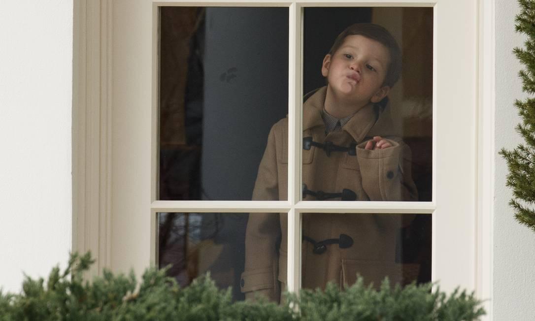 Joseph Kushner brinca com o rosto no vidro de uma janela na Casa Branca. O pequeno foi flagrado por fotógrafos fazendo caras e bocas numa janela da Casa Branca ao ver as preparações para a viagem Evan Vucci / AP